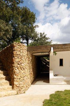 Pool-House_Sierra-Nevada_Spain_Roz-Barr-Architects__dezeen_936_1.jpg (936×1404)
