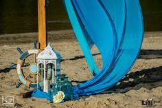 A vízparti esküvőkön, soha nem szabad kihagyni a tervezésnél a szelet. De ha lenge anyagokat használunk, még direkt játszhatunk is a széllel! Park, Beach, Wedding, Valentines Day Weddings, The Beach, Parks, Beaches, Weddings, Marriage