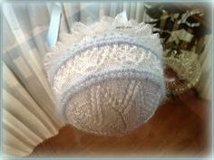 En lana, perlé y angora para bebé: Tutorial capota bebé. Angora azul y perlé blanco. Knit Crochet, Crochet Hats, Baby Bonnets, Baby Feet, Kids Hats, Baby Wearing, Baby Hats, Baby Knitting, Knitted Hats