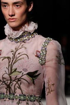 Sfilata Giambattista Valli Parigi - Alta Moda Primavera Estate 2017 - Dettagli - Vogue