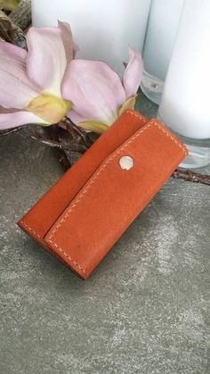 Check out this item in my Etsy shop https://www.etsy.com/nl/listing/400312207/vegetable-tanned-leather-key-organizer