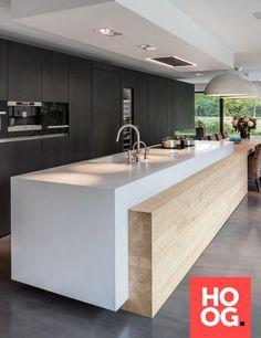 Moderne keuken met keukeneiland en ruime eettafel