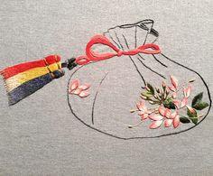 복주머니에도 풍접초 한국야생화자수협회 회원공동작품 . . #야생화자수#자수#손자수#새틴자수#핸드메이드#꽃자수#자수타그램#롱앤숏스티치 #embroidery#handembroidery#wildflower#handemade#stitch#needlework#ししゅう#刺繡 #broderie#bordadura#long&shortstitch