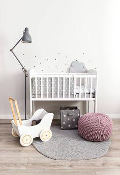 Kołyska - mini-łóżeczko to niezwykle stylowe miejsce snu dziecka w pokoju rodziców przez pierwsze miesiące jego życia. Niewielkie rozmiary pozwalają zmieścić kołyskę nawet w niedużej sypialni lub dostawić do łóżka rodziców, dzięki czemu dziecko łatwiej zasypia. Dzięki swej stabilnej konstrukcji jest bardzo bezpieczna. Cribs, Toddler Bed, Furniture, Home Decor, Cots, Child Bed, Decoration Home, Bassinet, Room Decor