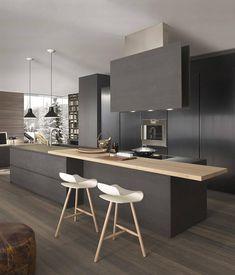 Cuisine gris anthracite le bois, les chaises et le plafond amènent de la luminosité à la pièce