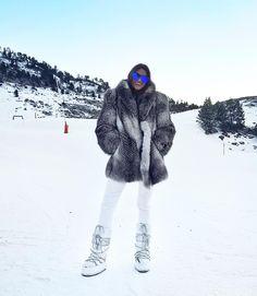 Stunning Brunette, Ski Wear, Apres Ski, Parka Coat, Fox Fur, Skiing, Winter Fashion, Winter Jackets, Instagram