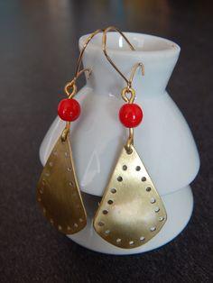 """Boucles d'oreille """"Gota"""" dorées perles rouge : Boucles d'oreille par bijou-lie"""