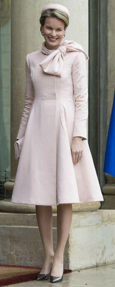 Koningin Mathilde steelt de show met Dior in Parijs - HLN.be