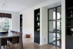 Remy Meijers   Ingebouwde kasten, symmetrie en donker contrast, als scheiding naar woonkamergedeelte.