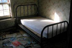 Abandoned bed, Guy (Flickr), 2008  Een lichtstraaltje over het bed heen dat afkomstig is van het raam. Gooi er een nachtfilter overheen en dan... Ramen, Abandoned, Bed, Furniture, Home Decor, Bed Ideas, Homemade Home Decor, Decoration Home, Stream Bed