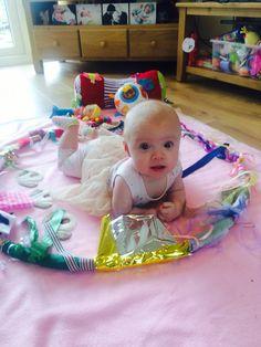 Sensory hoop DIY Diy Sensory Toys For Babies, Infant Sensory Activities, Baby Sensory, Montessori Activities, Activities For Kids, Toddler Play, Baby Play, Baby Toys, Infant Classroom