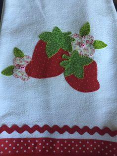 Patch aplique,morangos com detalhes na borda do pano de prato! Applique Quilts, Embroidery Applique, Machine Embroidery, Christmas Towels, Patch Aplique, Patchwork Bags, Tea Towels, Napkins, Coin Purse
