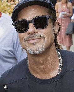 Brad And Angelina, Brad Pitt, American Actors, Fashion Outfits, Sunglasses, Men, Beautiful, Architecture, Life