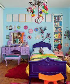 Na parede azul-clara do quarto de Bertha, 8 anos, o espaço é disputado entre os quadrinhos com poemas sobre o significado de seu nome, pratos coloridos e uma faixa de papel de parede. A decoração é assinada pelo pai, o designer Marcelo Rosenbaum