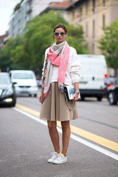 saia super feminina, cores claras e lenço fino contrapondo a informalidade do tênis