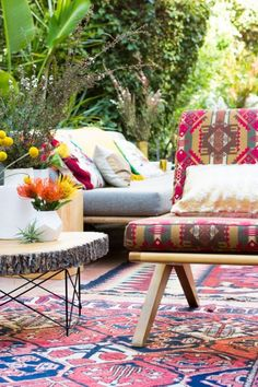 37-Beautiful-Bohemian-Patio-Designs-with-wooden-colorful-chair-sofa-pillow-plant-decor-carpet-with-outdoor-view.jpg (554×831)