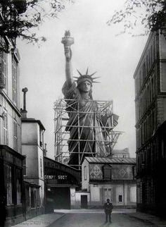 tobebuild:Statue of Liberty Paris (before being dismantled. tobebuild: Statue of Liberty Paris (before being dismantled & shipped to New York) Frédéric Bartholdi & Gustave Eiffel 1884 New York Architecture, Architecture Images, Old Pictures, Old Photos, Amazing Pictures, Mega Series, Foto Picture, Photo Art, Interesting History