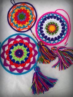 Mandalas tejidas al crochet tamaño pequeño. Todas en colores variados o podés encargarlas en los colores que quieras. Con borlas y apliques. Ideales para dar un toque de color a cualquier espacio.