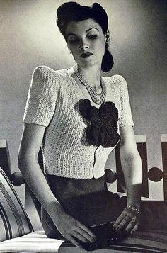 Вязаная одежда была очень популярна в 1940-х годах. Первой и главной причиной этого была война, породившая дефицит всего. Купить ткань стало сложно, поскольку все фабрики и заводы работали на нужды фронта. Пряжу найти было легче. Да и всегда можно распустить старый свитер или шарф. Поэтому женщины взялись за спицы и крючки. Но не только ради обновок.