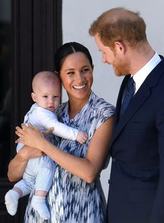Prince Harry, Duke of Sussex, Meghan, Duchess of Sussex and their baby son Archie Mountbatten-Windsor meet Archbishop Desmond Tutu and his daughter Thandeka Tutu-Gxashe at the Desmond & Leah Tutu. Get premium, high resolution news photos at Getty Images Prince Harry Et Meghan, Meghan Markle Prince Harry, Prince Philip, Harry And Meghan, Prince William, Princess Meghan, Prince Andrew, Desmond Tutu, Lady Diana