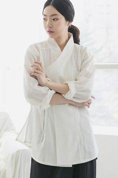강추! 하는 디자인으로 데일리로 입고 다니기 너무 편하고 디자인면에서 너무 예쁜디자인입니다. Korean Traditional Dress, Traditional Dresses, Modern Hanbok, Culture Clothing, Unique Fashion, Womens Fashion, Kimono Pattern, Fashion Design Drawings, Korean Dress