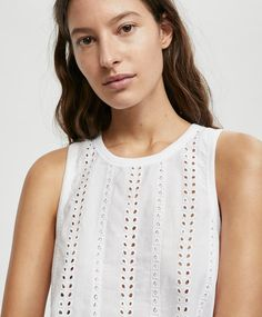 Biała koszulka bez rękawów z ażurowym wzorem - 1