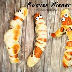 Halloween recipes for a children& Halloween - Delicious and creepy mummies – Wiener. Great for a Halloween with kids and toddlers. Halloween Donuts, Halloween Party Snacks, Halloween Desserts, Kid Desserts, Halloween Dinner, Halloween Drinks, Halloween Kids, Halloween Decorations, Halloween Buffet