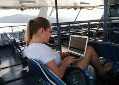 FerryboatKoh Tao – Koh Samui [Koh Tao, Tailândia] Se tivermos queeleger os lugares inusitados que viraram escritório, os ferryboatstêm lugar de destaque. Sem mesa, sem cadeiras confortáveis e com a marola que geralmente acompanha esse tipo de deslocamento, não é realmente dos lugares mais agradáveis para se trabalhar. Mas veja bem: pegar a balsa àsContinue Lendo