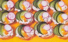 Tvaroh rozetřeme se změklým máslem a jemně nastrouhaným vejcem. přidáme drobně nakrájený salám, křen a podle chuti osolíme. Czech Recipes, Ethnic Recipes, Ratatouille, Sushi, Sushi Rolls