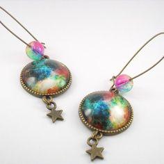 Boucles d'oreille grande dormeuses métal bronze, cabochons en verre motif cosmique et perles en verre multicolore