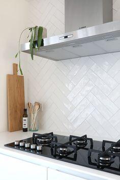 Small designed kitchen: 100 models perfect to inspire you - Home Fashion Trend Kitchen Interior, Kitchen Decor, Kitchen Design, Kitchen Splashback Tiles, Herringbone Backsplash, Cuisines Design, Kitchen On A Budget, Home Kitchens, Kitchen Remodel