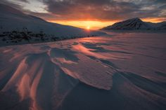 Atardecer sobre #Svalbard con la Opera Mountain al fondo (foto de Stian Klo)