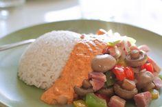 Färgglad skinkpanna med ris och ajvaryoggi
