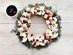 Kokoa uudenlainen juustotarjotin kranssin muotoon. Korista näyttäväksi karpaloilla, omenoilla ja pähkinöillä. Tarjoa kirpeänmakean karpalo-balsamicokastikkeen...
