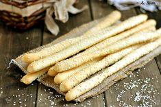 I Grissini con esubero di pasta madre sono un ottimo snack sfizioso perfetto per recuperare della pasta madre in esubero. Facile e davvero buono.