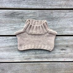 - Olive's neck warmer - A simple, classic and essential neck warmer for cold days ❄️ Sizes from 6 months - 8 years. Pattern available in Danish at www. Knitting For Kids, Baby Knitting, Crochet Baby, Crochet Bikini, Knit Crochet, Knitted Shawls, Knitted Bags, Knitting Patterns Free, Knit Patterns