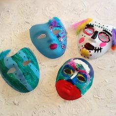 Maski malowane farbą akrylową, ozdobione cekinami, piórami