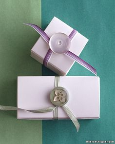 Buttons make charming closures: Punch holes in the box's lid for the button, slip wire through, and fasten on the underside; tie a ribbon to the button's base, loop it around the box, and wrap to secure. Wrapping Gift, Creative Gift Wrapping, Creative Gifts, Wrapping Ideas, Lavender Wedding Decorations, Diy Gifts, Best Gifts, How To Tie Ribbon, Diy Buttons