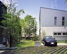 〈駐車スペース〉 『枕木でecoな駐車場』 車のタイヤが落ち込まないような幅で敷き詰めた枕木。目地は芝生で、夏場もコンクリート土間のような照り返しがなく、とってもeco☆彡 田主丸緑地