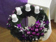 Christmas Advent Wreath, Christmas Candle Holders, Preschool Songs, Diy And Crafts, Floral Wreath, Candles, Holiday Decor, Home Decor, Houses