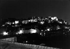 Vista nocturna. Ao fundo, o Castelo de São Jorge Fotografia sem data. Produzida durante a actividade do Estúdio Mário Novais: 1933-1983. URL: www.biblartepac.gulbenkian.pt/ipac20/ipac.jsp?&profil...  Night view. In the back, the São Jorge's Castle. Capture date unknown. Produced during the activity of the Estúdio Mário Novais: 1933-1983. URL: www.biblartepac.gulbenkian.pt/ipac20/ipac.jsp?&profil...  [CFT003 039196.ic]