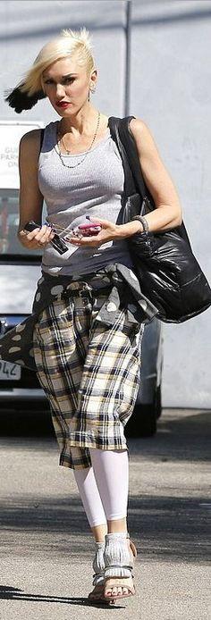 Who+made++Gwen+Stefani's+black+handbag+and+sandals