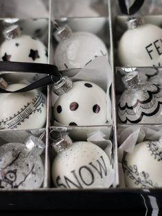 DIY CHRISTMAS ORNAMENTS With just some plain ornaments and a pen, you can make these!  BOLAS DE NATAL DIY Bastam algumas bolas simples e uma caneta para personalizarem a vossa árvore de Natal!