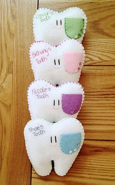 Super cute & looks straightforward. Love this style tooth pillow! Little pockets for the tooth and the coin I have lots of different colours for the pockets. Baby Crafts, Felt Crafts, Crafts For Kids, Crafts To Sell, Tooth Pillow, Tooth Fairy Pillow, Handmade Pillows, Diy Pillows, Pillow Ideas