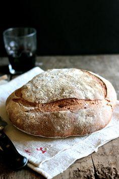Hecho en la propriété: PAN BRETÓN Ingredientes: 10g de levadura fresca 500g de harina de fuerza 10g de sal 350g de agua --> Para el PAN --> Ingredientes: 600g de harina blanca de fuerza 250 g de harina semiintegral de trigo gallego 100g de harina de trigo sarraceno 50g de harina de centeno 700g de agua 300g de masa blanca fermentada 15g de sal gris de la Bretaña 10 g de levadura fresca un poco de semolina para las palas