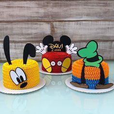 Olha que lindo esses bolo com o tema Mickey e seus Amigos! Bolo Do Mickey Mouse, Fiesta Mickey Mouse, Mickey Mouse Clubhouse Birthday Party, Mickey Party, Minnie Mouse, Pirate Party, Mickey Mouse Birthday Decorations, Mickey 1st Birthdays, Mickey Mouse First Birthday