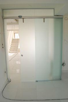 Image from http://www.euroglass-bg.com/en/gallery/sliding_glass_door11.jpg.