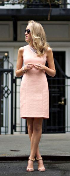 peach boucle sheath dress + pearl and crystal statement necklace. Talvez o tecido seja fustão...