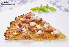 La tendencia de hacer bases o masas de pizza con coliflor o brócoli es muy interesante por varios motivos, tiene más nutrientes, es apta para personas celíacas, se reduce el valor energético... y lo mejor es que son muy versátiles tanto por la combinación de especias y hierbas aromáticas que se pueden incorporar, como por la cantidad de ingredientes con que se pueden complementar. Receta de masa de pizza de brócoli o coliflor explicada paso a paso, con consejos y fotos.