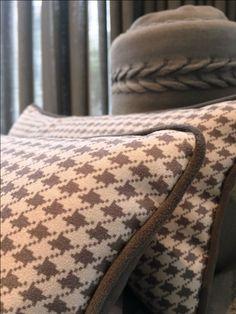 PIED DE POULE | A Padronagem que  se tornou sinônimo de estilo e elegância na moda, marca presença também nas almofadas. #almofadas #decoracao #SpenglerDecor